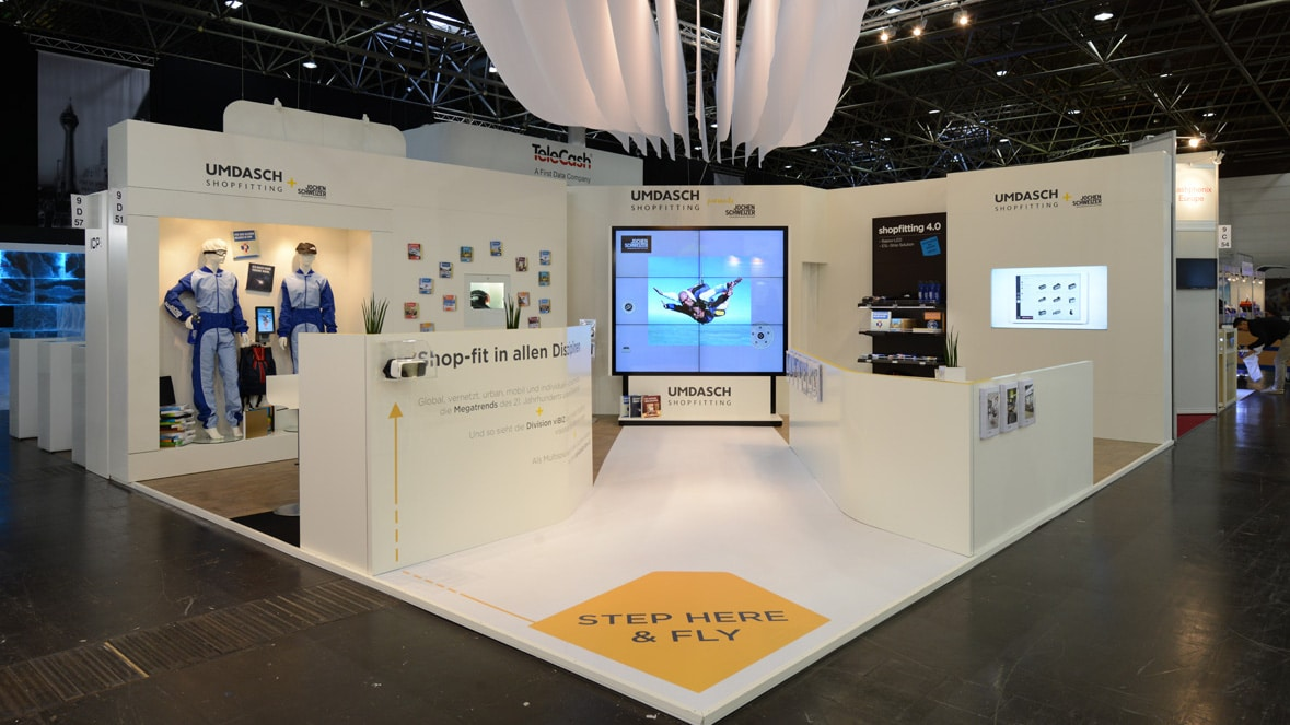 Messestand Euroshop mit interaktiven Stationen und Screen-Wall