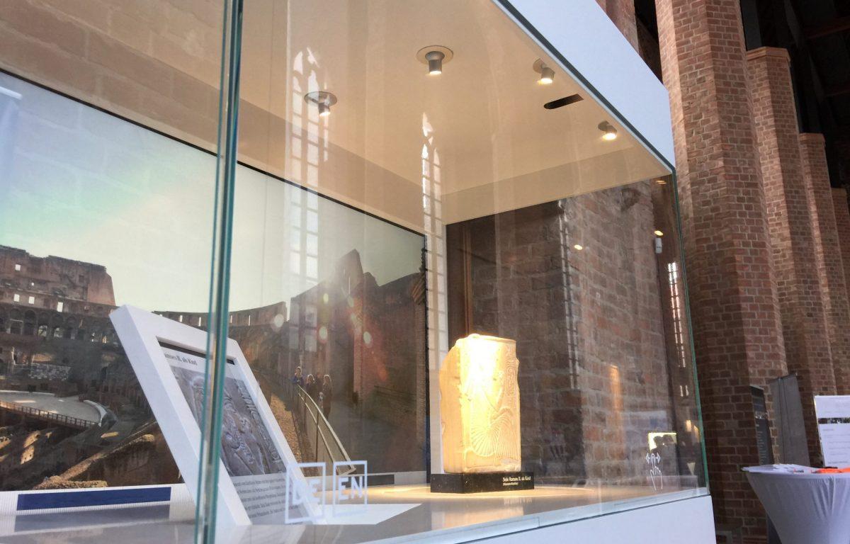 Interaktive Museums-Vitrine mit klarem Glas
