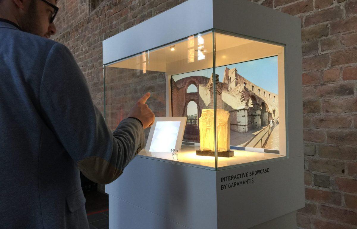 Benutzer interagiert mit der Museumsvitrine