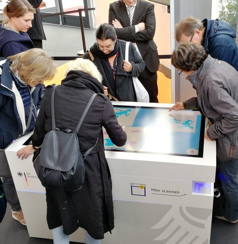Multitouch-Scanner-Tisch der Bundesregierung beim Tag der Deutschen Einheit 2018 im Bundeskanzleramt