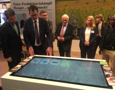 Multitouch-Tisch mit Objekterkennung am Stand des Bundesministeriums für wirtschaftliche Zusammenarbeit und Entwicklung auf der Grünen Woche 2017 in Berlin