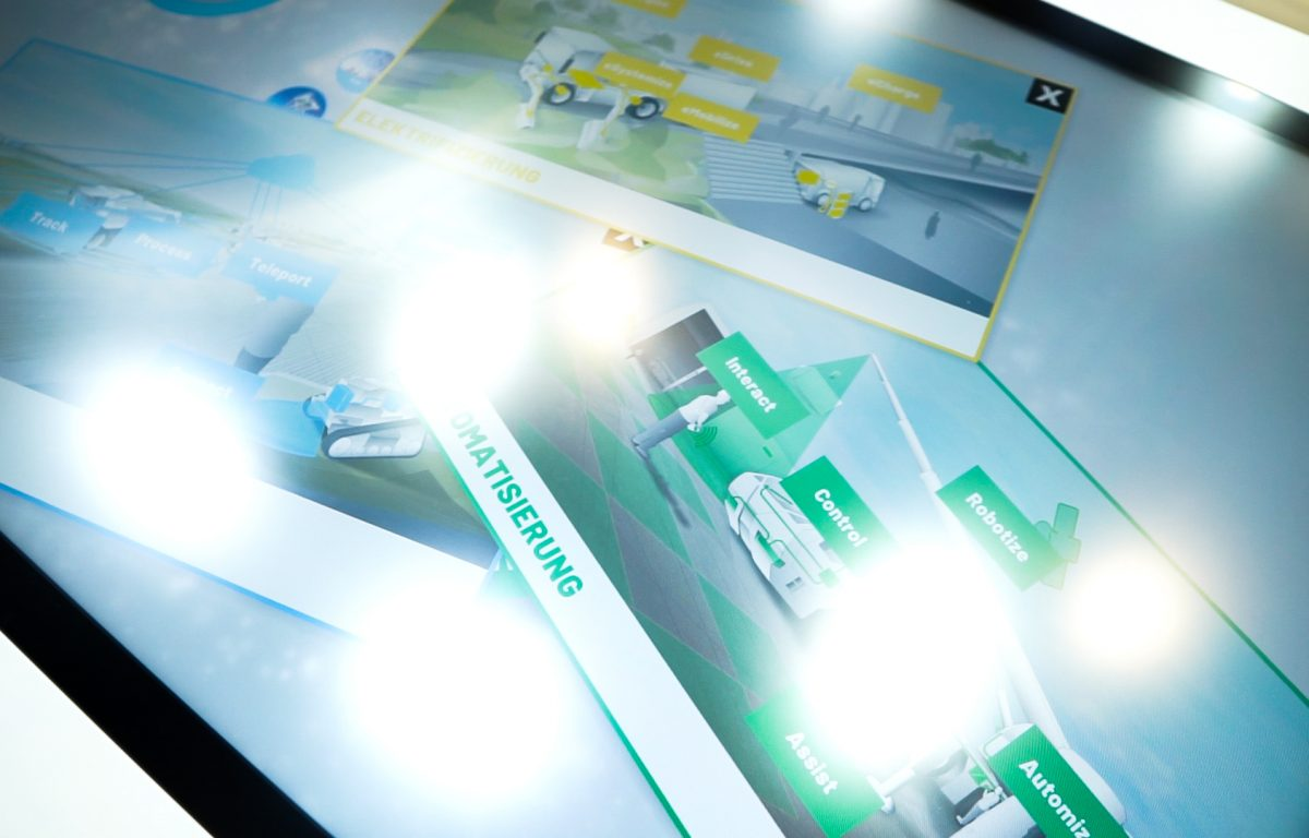 Die interaktiven Tische erkennen neben den Touch-Eingaben auch sämtliche am Messestand vorhandenen Produkte