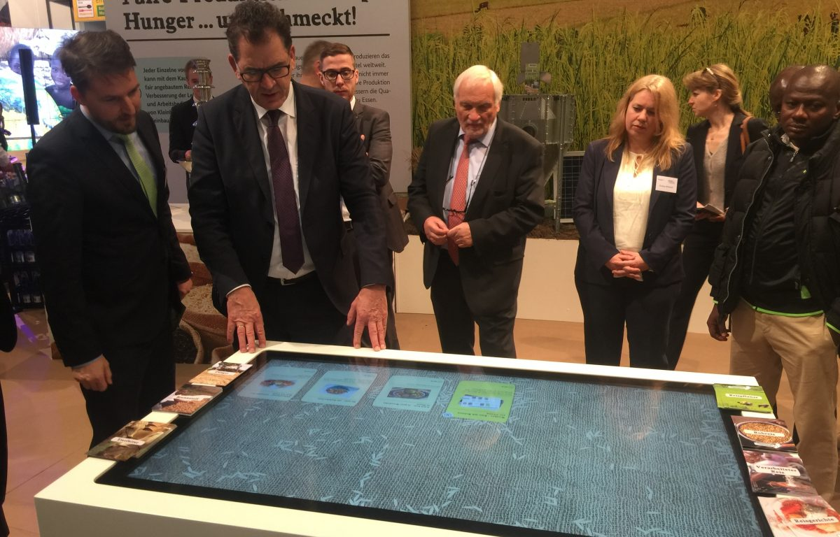 Minister Müller (BMZ) at the Multitouch Table with object recognition by Garamantis