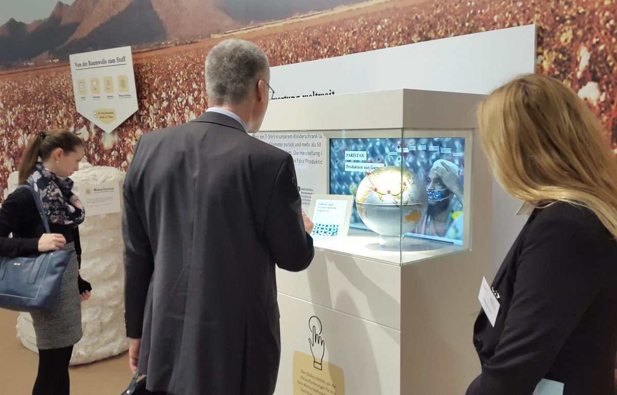 Trade fair visitors at the interactive multitouch showcase from Garamantis