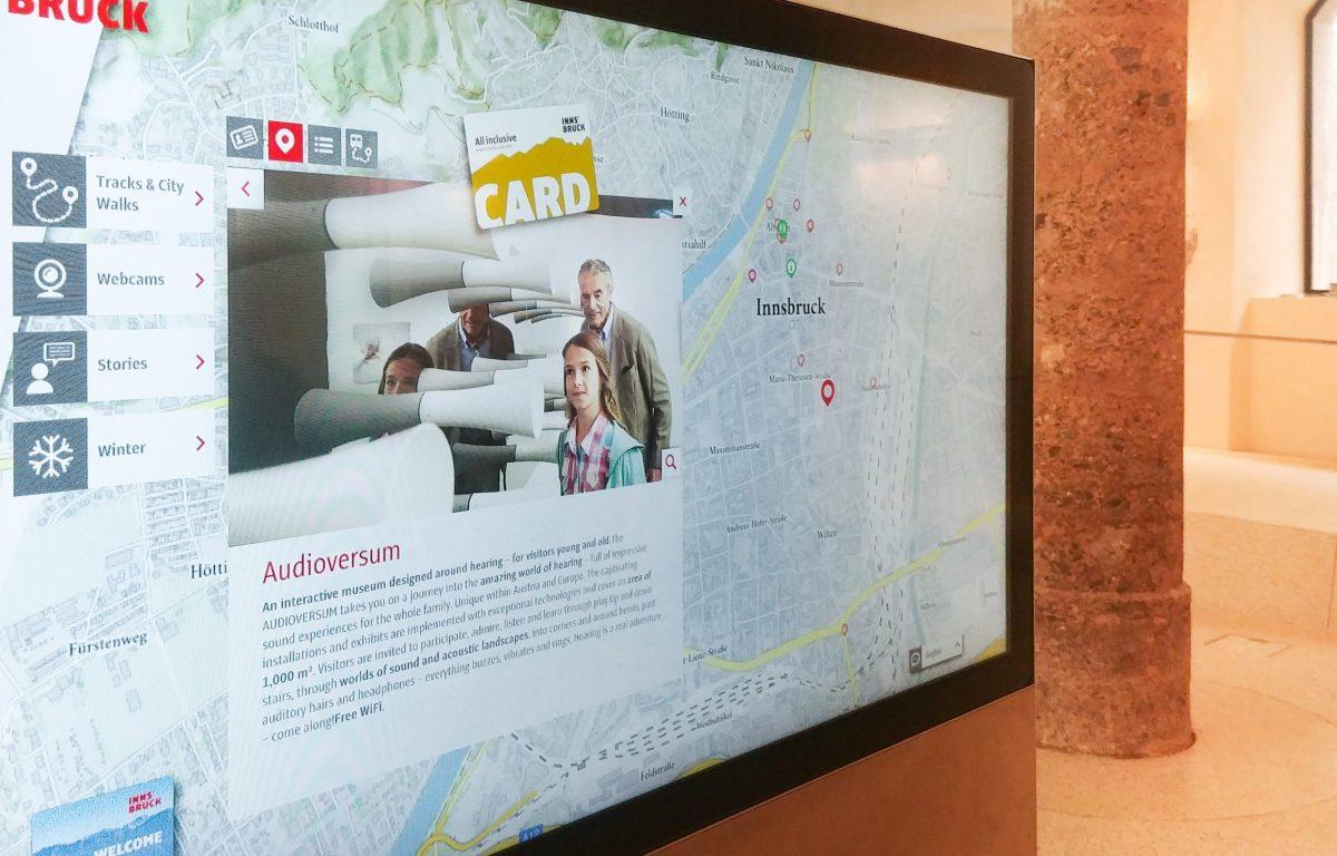 interaktive Touristeninformation mit Karten der Stadt und touristischen Highlights