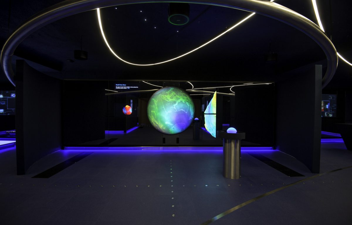 Per Kugel-Interface steuerbarer Globus im interaktiven Besucherzentrum der ESA
