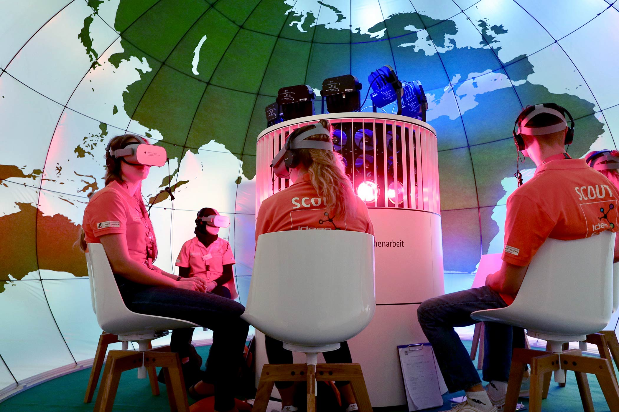 Virtual Reality Erlebnisraum für bis zu 12 Personen am Messestand des BMZ