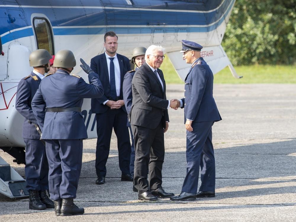 Bundespräsident Frank-Walter Steinmeier wird vom Inspekteur der Luftwaffe, Generalleutnant Ingo Gerhartz, in Empfang genommen