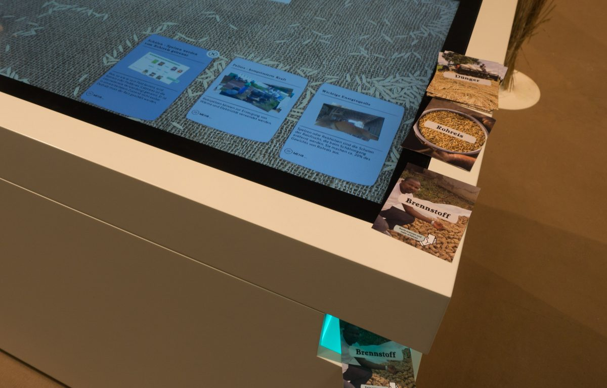 Multitouch Table recognises postcards and objects with built-in camera