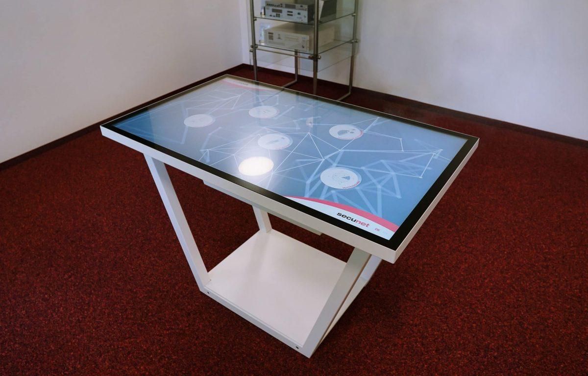 Showroom secunet - Multitouch-Tisch mit Metallgestell als zentrales Präsentationstool