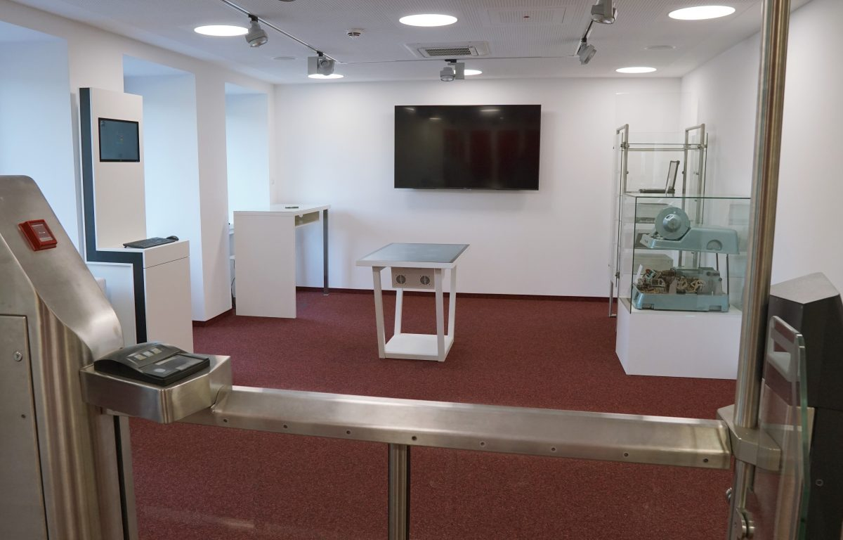 secunet Showroom - Multitouch table with individual multitouch software