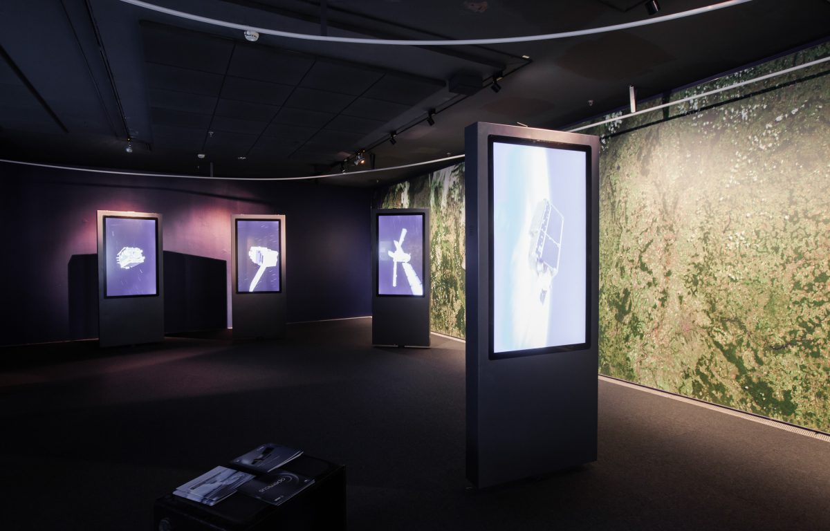7 rotatable, interactive touch screens in the company exhibition