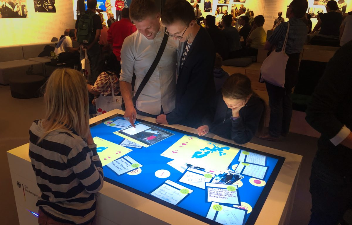 Image gallery and social media channels of the federal government on the interactive touch table