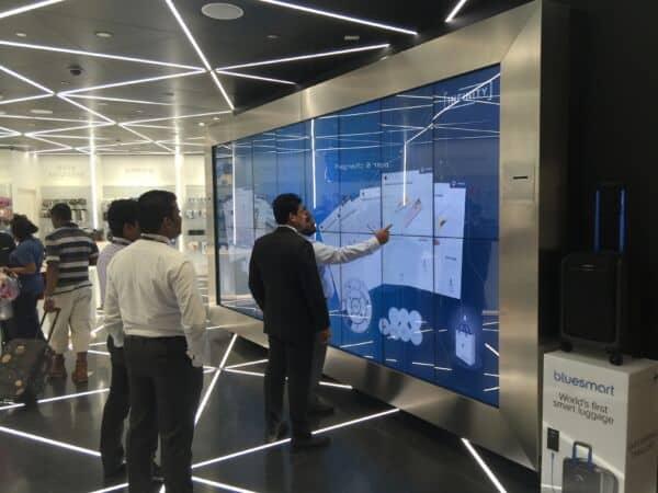 Kunden vor der interaktiven Shopping Wall
