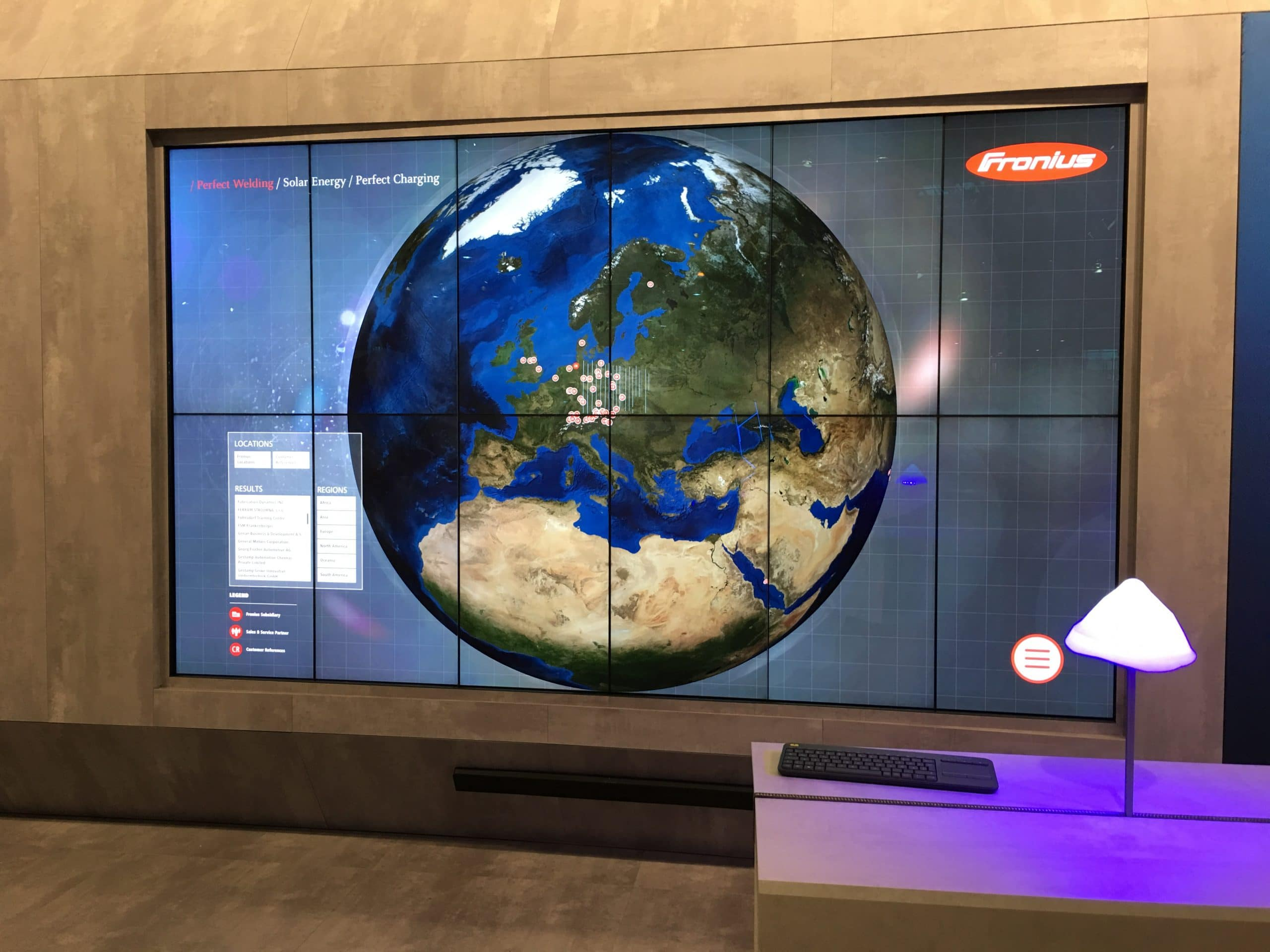Multitouch-Wall mit 12 Screens: interaktive Weltkugel der Reference Wall