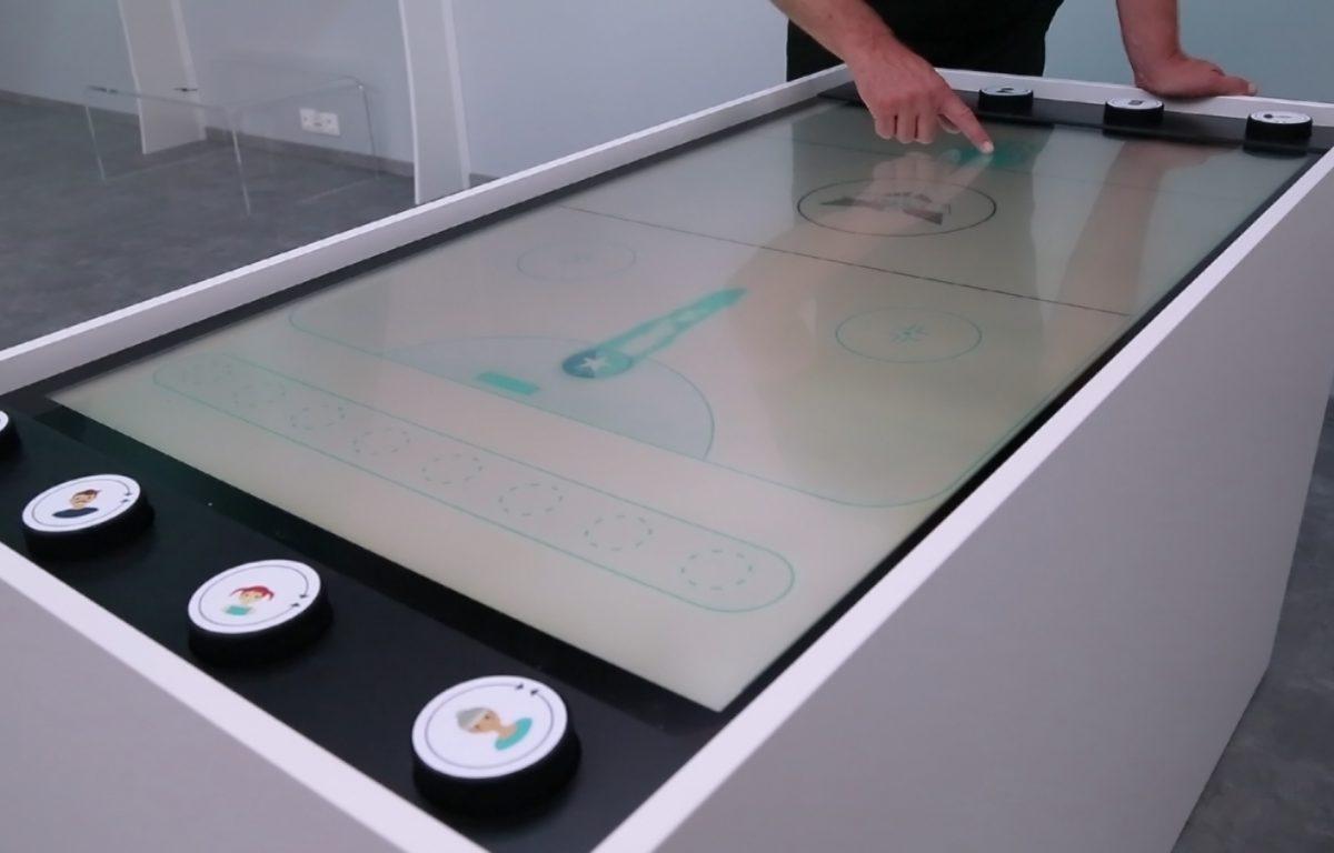 Multitouch Table mit Air Hockey Spiel im Erlebnis-Shop