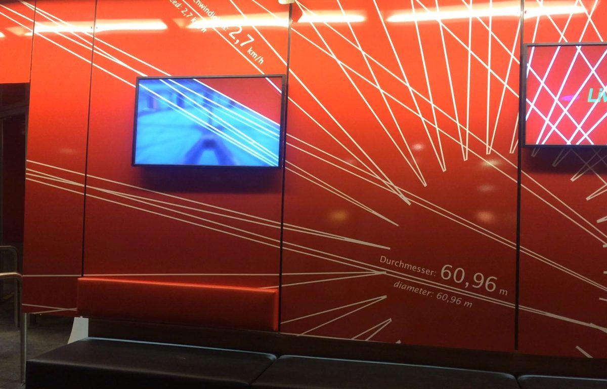 Medienwand mit eingelassenen Screens