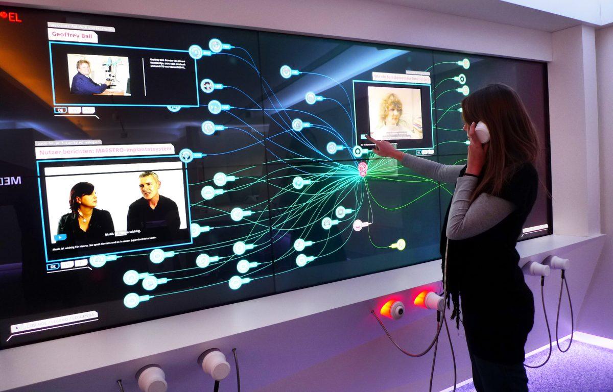 Multitouch-Wall mit Audio-System in der interaktiven Unternehmensausstellung von MED-EL