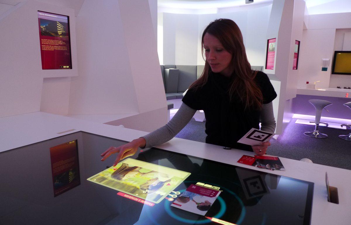 Tangible Interface Tisch mit optischer Objekterkennung und Multitouch-Software von Garamantis