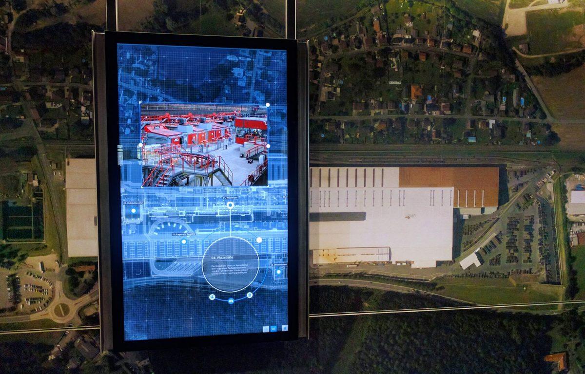 Transparenter Screen eröffnet virtuellen Blick in die Fabrikhalle