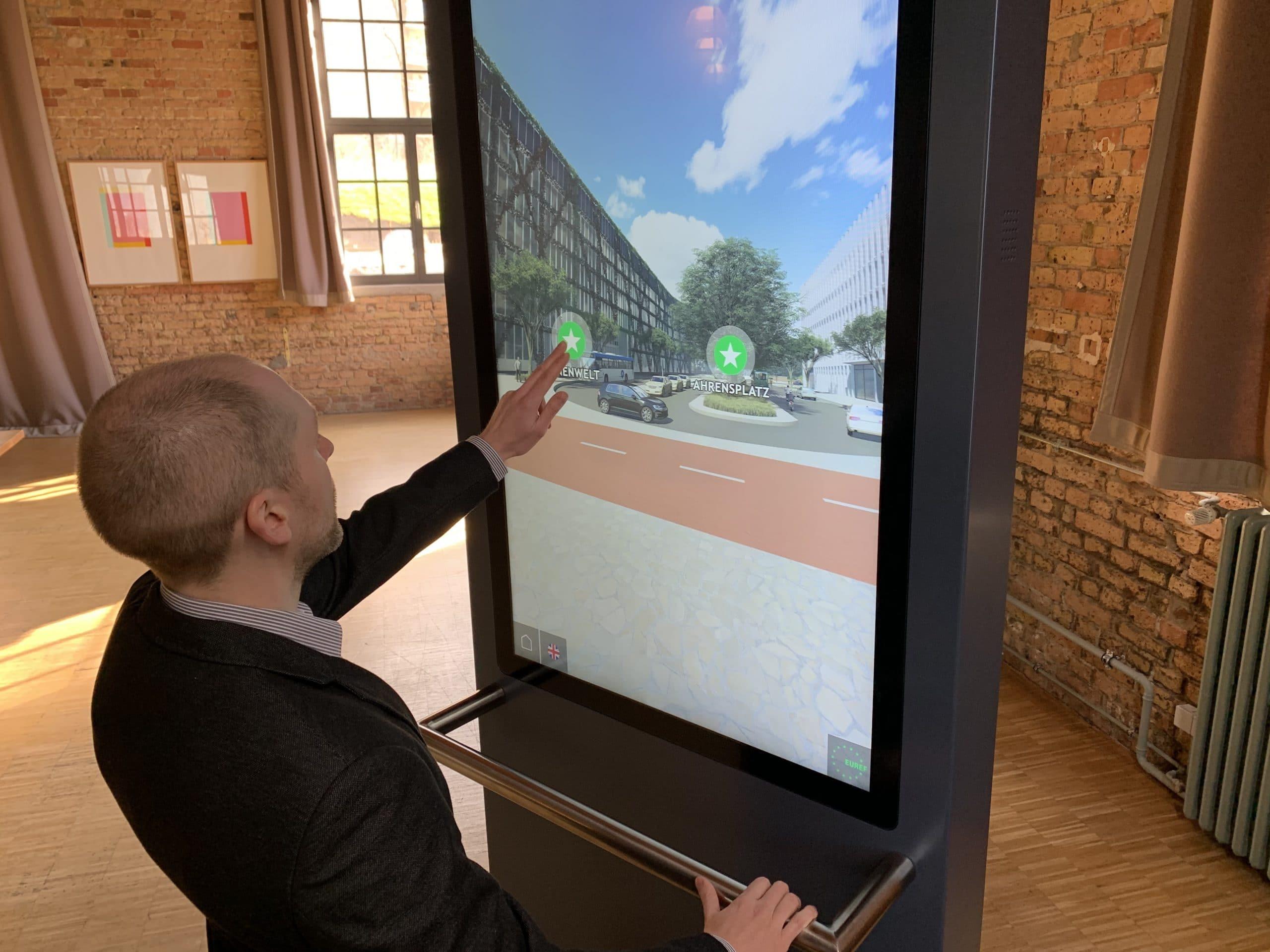 Drehbarer Screen für Immersive Einblicke und rundum Panorama-Perspektiven