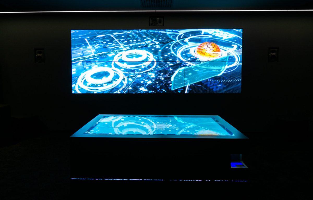 Video-Wall mit interaktivem Multitouch-Tisch von Garamantis