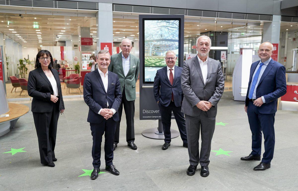 Interaktive Ausstellung mit multitouch-Drehscreen in der Sparkasse Düsseldorf