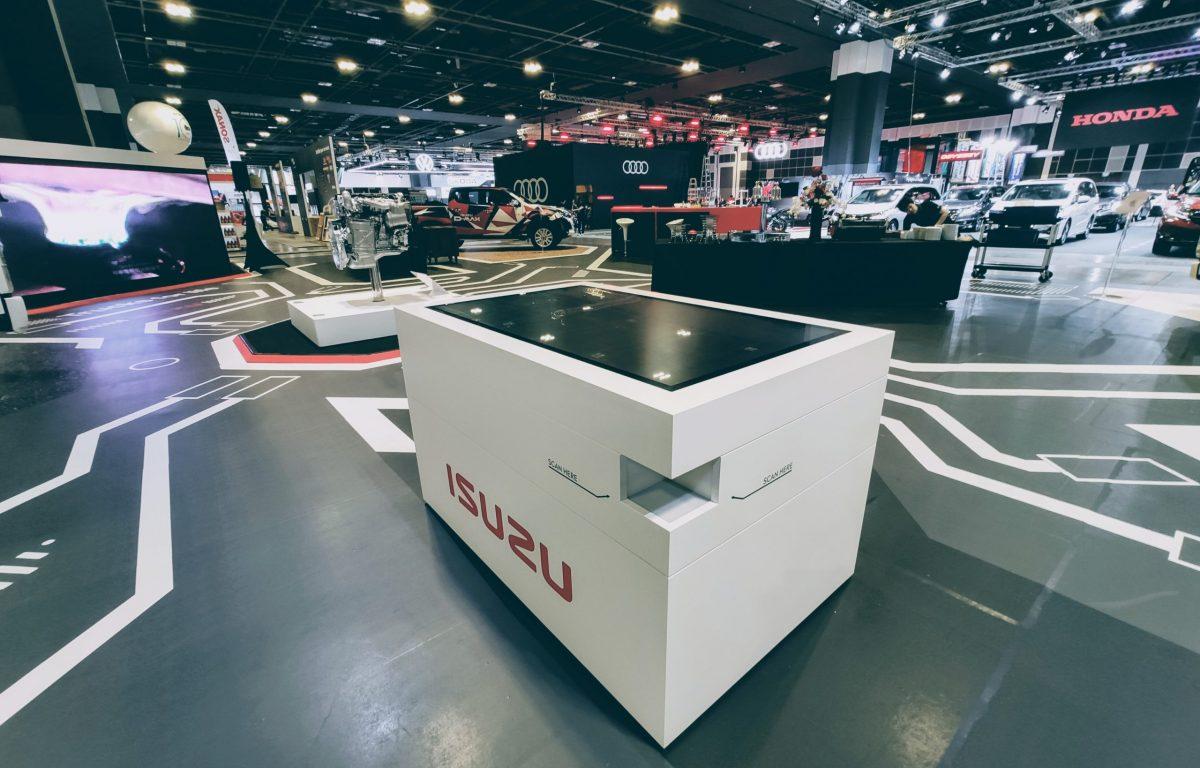 individueller Multitouch-Scanner-Tisch mit 3D-Trucks von isuzu