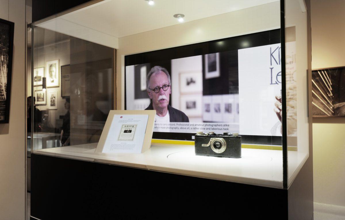 Interaktive Vitrine präsentiert wertvolle Kameras und Unternehmensgeschichte