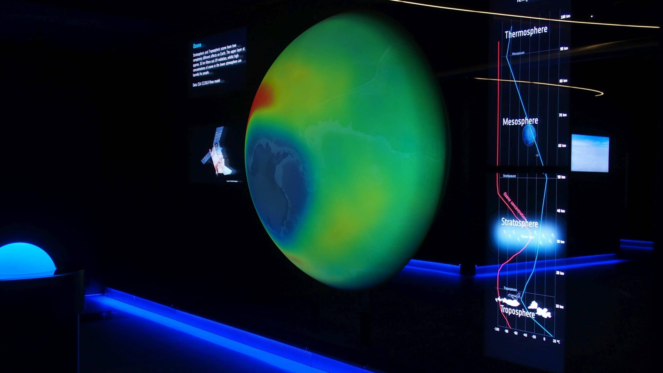 Interaktive Projektion mit 4K Projektor auf Erdkugel im ESA Showroom