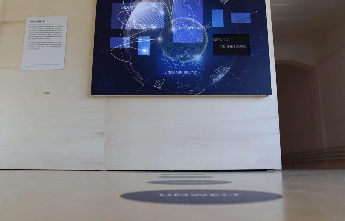 interaktive Wand mit Bildschirmen und Personensensor in der Ausstellung