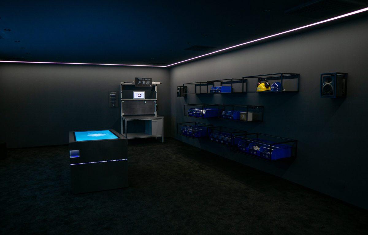 Produkte im Showroom sind per MQTT interaktiv mit dem Multitouch-Tisch verbunden