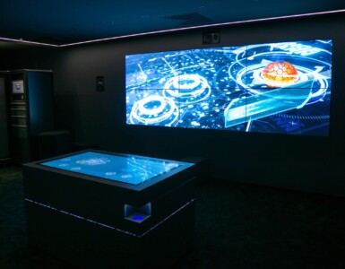 Video-Wall und Multitouch-Tisch sind mit Lichtsteuerung gekoppelt