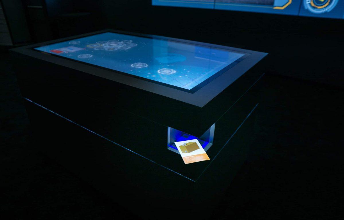 Multitouch-Scanner-Tisch erkennt im Showroom Produktflyer