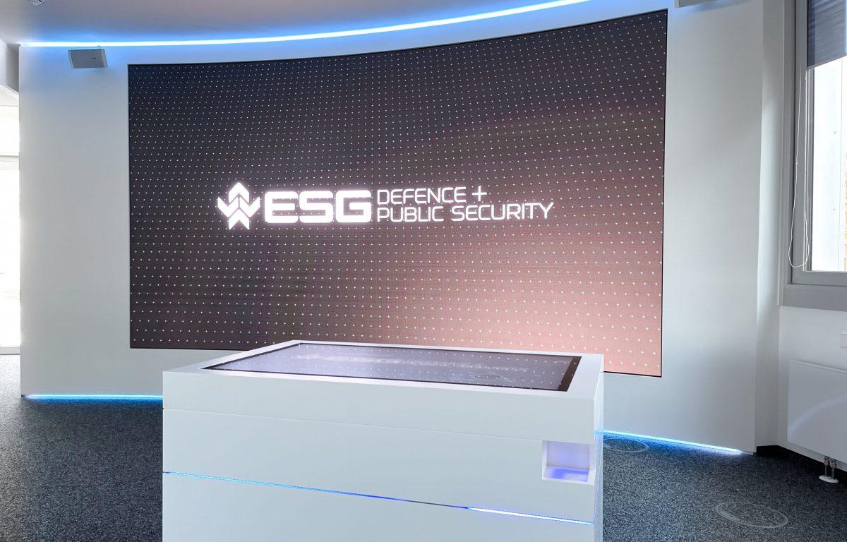 Showroom in weißem Design mit Multitouch-Scanner-Tisch und LED-Wand