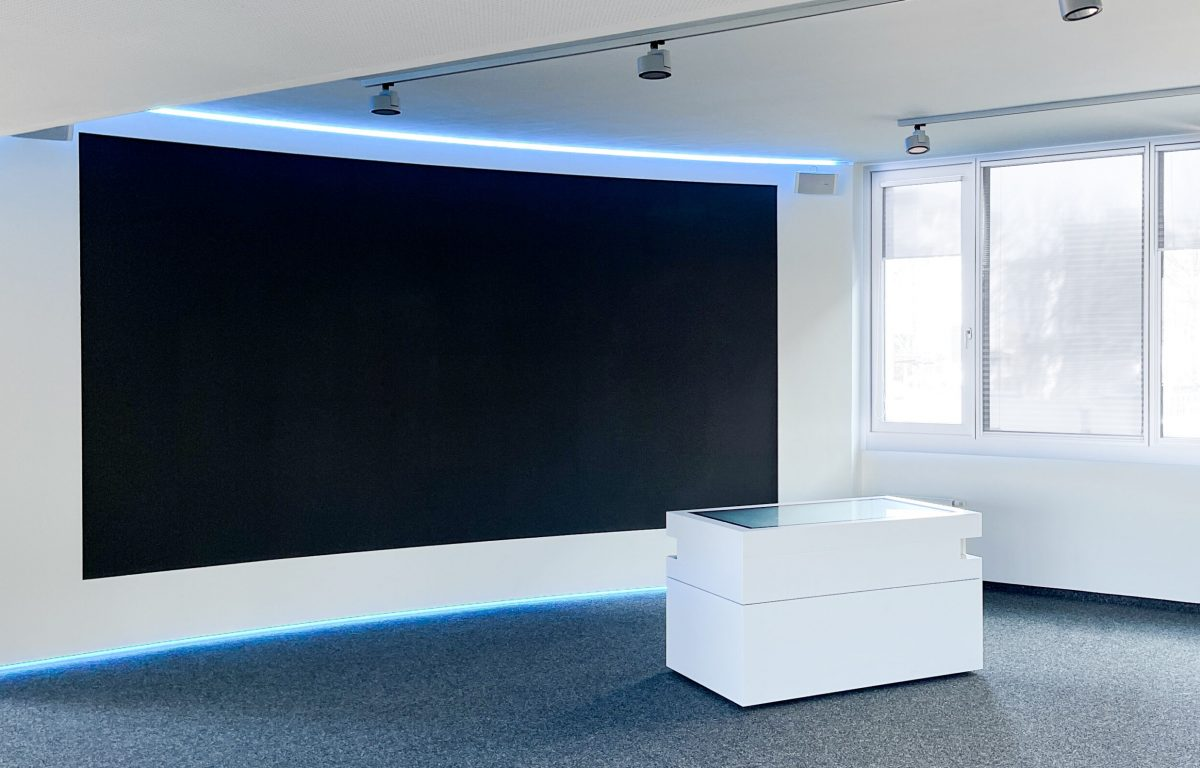 Weißer Multitouch-Table vor LED-Wall im ESG Showroom