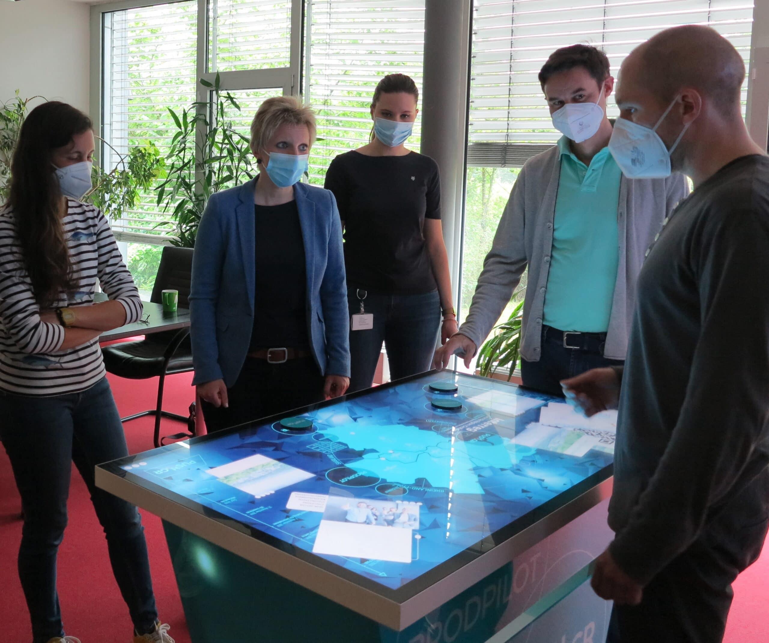 mobiler Multitouch Tisch der htw saar mit mehreren Benutzern